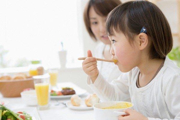 Bỏ mặc trẻ đói, sẽ tự ăn, đúng hay sai?
